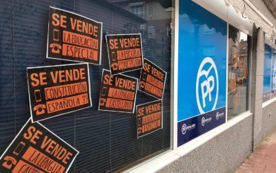 El PP de Boadilla empapela su sede con carteles de «Se vende» en protesta por la Ley Celaá